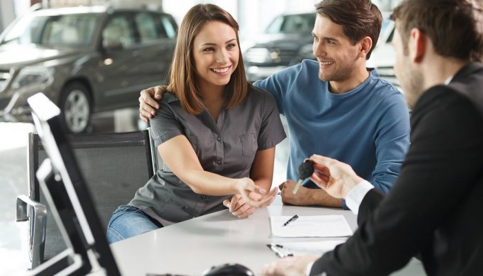 4 greșeli pe care trebuie să le eviți atunci când închiriezi o mașină